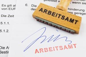 Holzstempel auf Dokument: Arbeitsamt