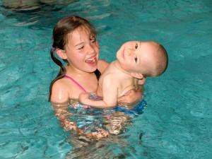 Geschwister im Schwimmbad