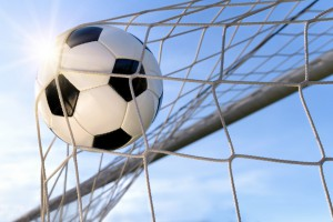 Fußball Treffer, mit sonnigem Himmel